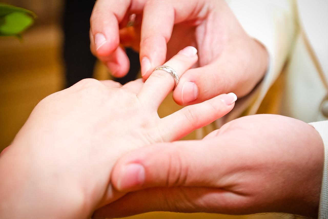 Miért érdemes a fehérarany eljegyzési gyűrűt választani?